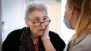 Eine Schwester spendet der Bewohnerin eines Pflegeheims Trost