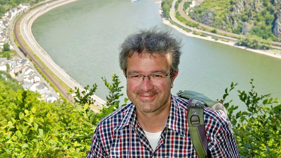 Der Wanderer und Autor Manuel Andrack auf der Traumschleife Rheingold bei Hirzenach hoch über dem Rheintal