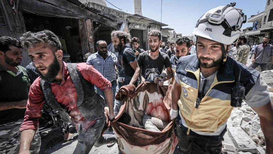 In Idlib bergen Helfer die Opfer eines Luftangriffs