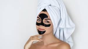 Peel-off-Masken können die Haut von Mitessern und anderen Hautunreinheiten befreien