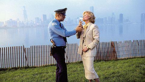 Hannelore Kohl lässt sich von einem Polizisten Feuer geben