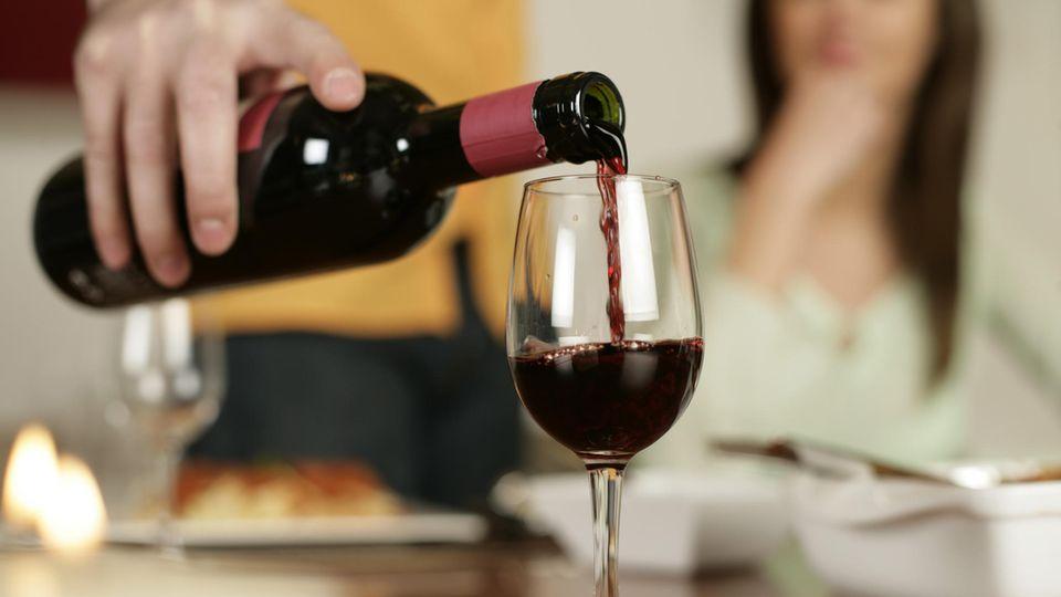 Titelgeschichte: Genuss oder Gefahr - trinken wir zu viel Alkohol in Zeiten von Corona?
