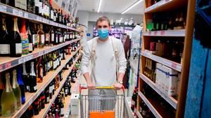 Berlin: Ein Kunde geht in einem Supermarkt in Berlin-Wilmersdorf mit Mund-Nasen-Schutz einkaufen