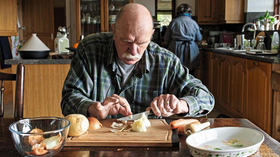 Ian Waterman beim Gemüseputzen