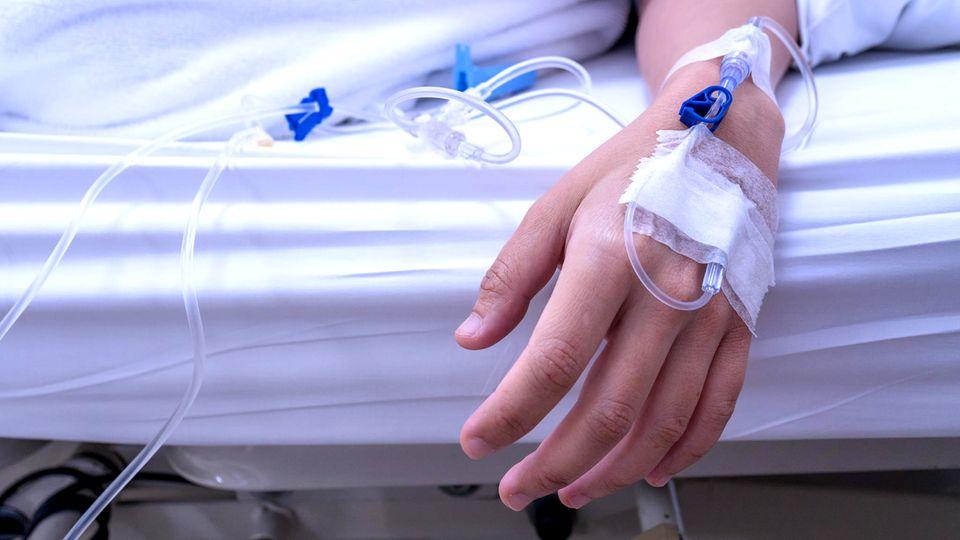 Die Diagnose : Eine Frau hat plötzlich starke Muskelschmerzen. Das hat mit ihrem illegalen Job zu tun