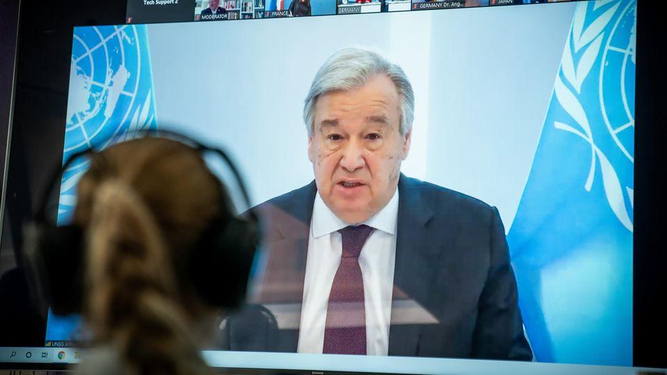 Antonio Guterres, UN-Generalsekretär, ist bei seiner Rede beim Petersberger Klimadialog auf dem Videoschirm zu sehen