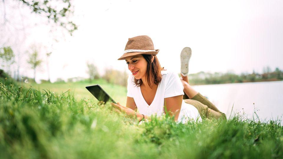 Die getesteten E-Book-Reader sind auch draußen sehr gut ablesbar (Symbolbild)