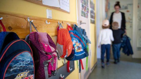Kinderrucksäcke hängen im Eingangsbereich in einem Kindergarten
