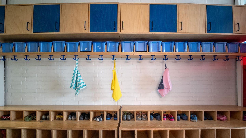Eine leere Garderobe in einer Kita