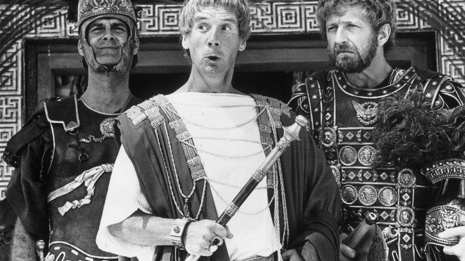 """""""Im Leben des Brian"""" mühen sich die Revolutionäre an den Errungenschaften der römischen Herrschaft ab - inklusive korrekter Grammatik."""