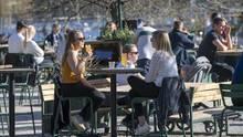 Frühling in Stockholm - und die Menschen treffen sich Cafés und Restaurants. Trotz Corona.