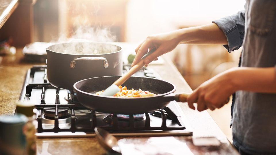 Kochen für Anfänger: Mithilfe dieser Küchengeräte und Utensilien gelingt der Start