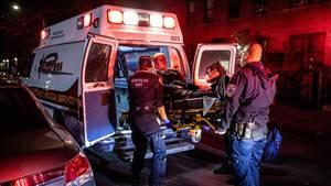 Coronavirus New York: Eine Frau wird ins Krankenhaus gebracht