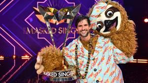 """Tom Beck hält nach dem """"The Masked Singer""""-Finale seinen Pokal in die Höhe"""