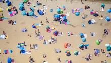 Menschen sonnen sich im am Sandstrand des Strandbad am Müggelsee (Archivfoto)