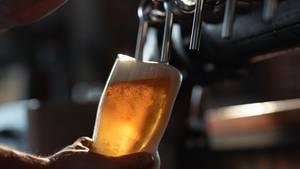 Jemand zapft Bier vom Fass