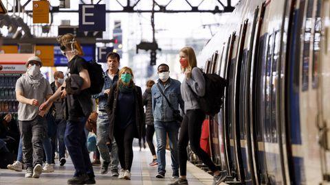 Reisende mit Masken am Kölner Hauptbahnhof
