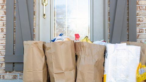 Essenslieferung in Papiertüten vor der Tür