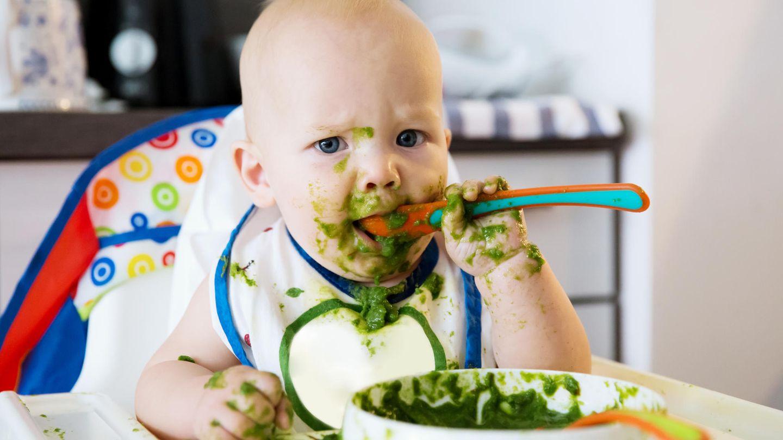 Ein Baby isst Spinat