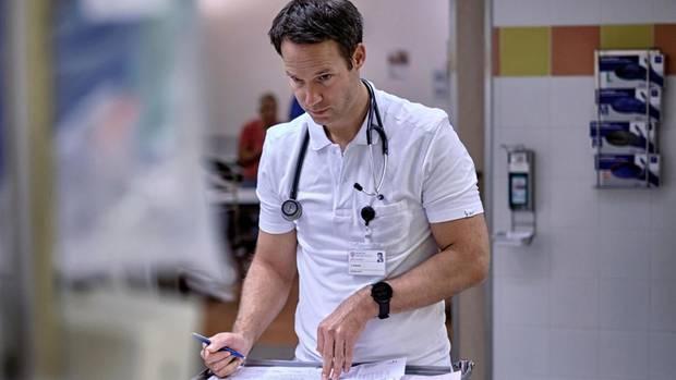 Prüfender Blick: Johannes Schade, 37, bei der Untersuchung eines Patienten. Sorgfältig widmet sich der angehende Internist jedem Fall. Die Aufnahmen entstanden vor der Corona-Pandemie