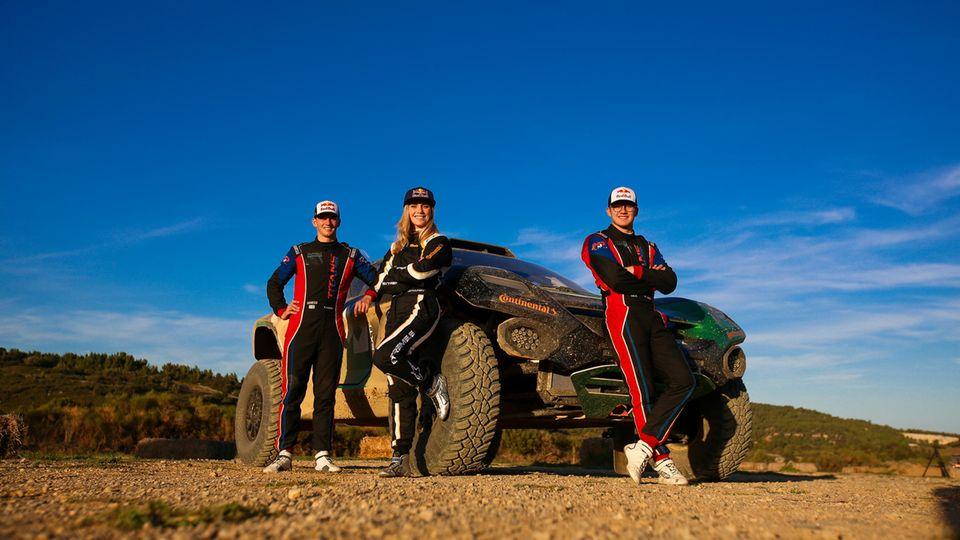 Extreme E Auto mit Fahrerinnen und Fahrern