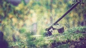 Mit einem Trimmer kann man auch an unzugänglichen Stellen das Gras stutzen (Symbolbild)