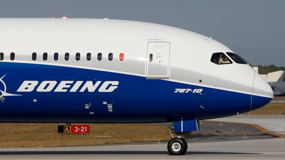 Ein Jet vom TypBoeing 787-10 Dreamliner