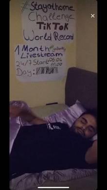 Younes Zarou schläft
