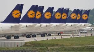 Einem Bericht zufolge will die Bundesregierung der Lufthansamit rund zehn Milliarden Euro unter die Arme greifen