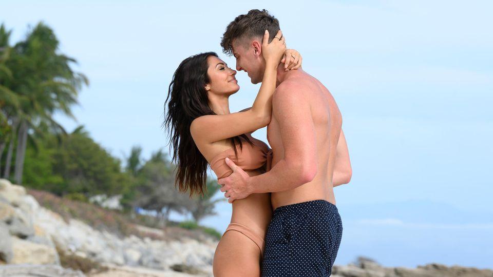 FrancescaFarago und Harry Jowsey küssen sich