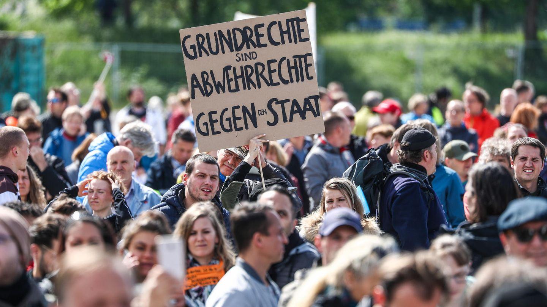 """""""Grundrechte sind Abwehrrechte gegen den Staat""""steht auf dem Schild eines Teilnehmers einer Protestkundgebung"""