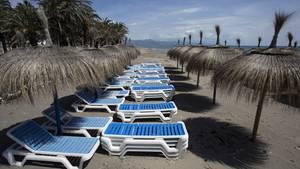 Leere Liegestühle stehen am Strand von Playamar im spanischen BadeortTorremolinos