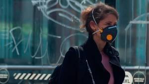 Eine Frau in der belgischen Hauptstadt Brüssel mit einer Atemschutzmaske