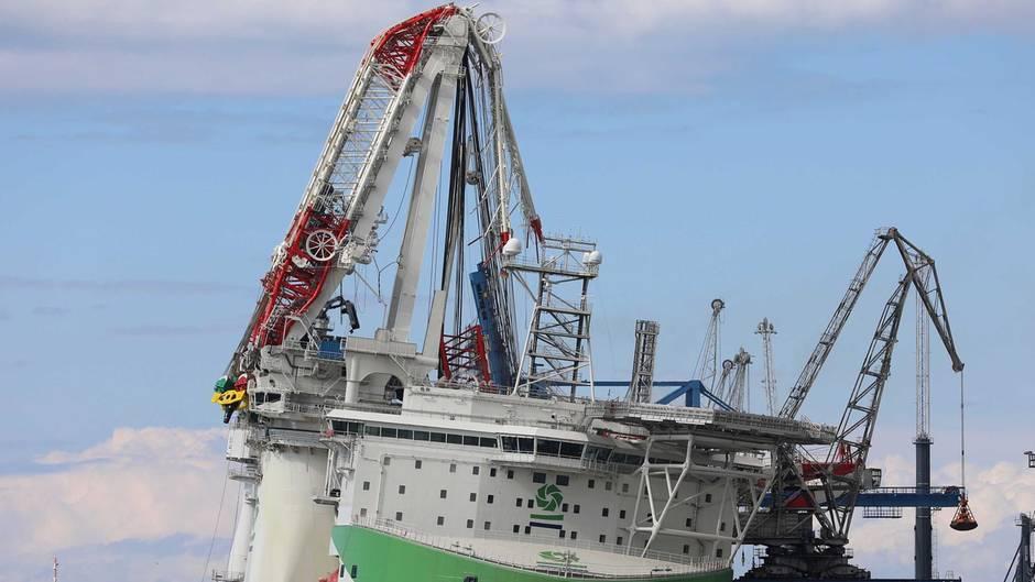 Augenzeuge filmt Unfall: 90-Meter-Kran stürzt im Rostocker Hafen auf Schiff