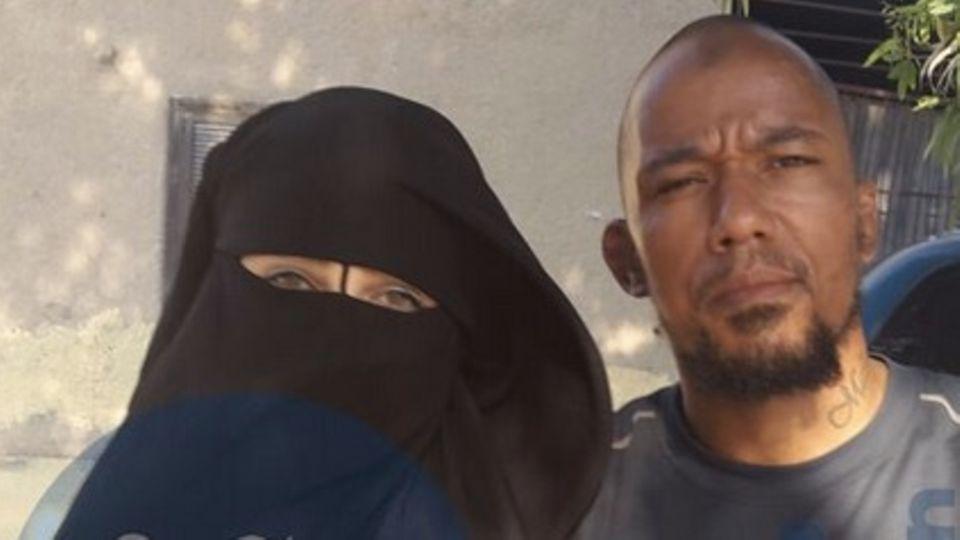 Eines der Fotos von Omaima A.s Handy. Es zeigt sie mit ihrem damaligen Mann, dem IS-Kämpfer Denis Cuspert alias Deso Dogg