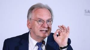 Ministerpräsident Reiner Haseloff (CDU) verteidigt die zügige Lockerung der Corona-Maßnahmen in Sachsen-Anhalt