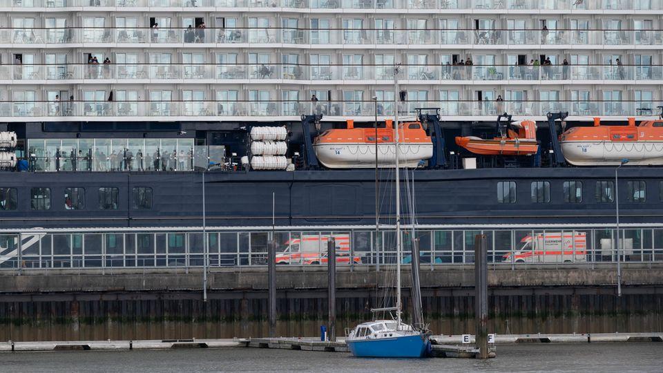 """Krankenwagen stehen vor der """"Mein Schiff 3"""" in Cuxhaven"""