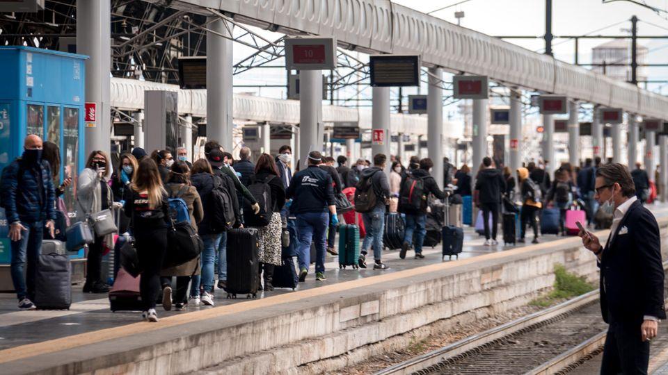 Am Mailänder Bahnhof warteten am Montagmorgen Dutzende Italiener auf Züge in Richtung Süden