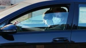 Zwei Frauen mit Mundschutz im Auto