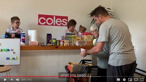 Lockdown in Australien: Familie baut für demente Oma zu Hause einen Supermarkt nach