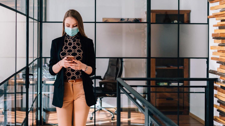 Die Gesichtsmasken machen das Entsperren des Smartphones für viele Nutzer zum Geduldsspiel (Symbolbild)