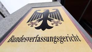 """Auf einem Schild mit Bundesadler steht """"Bundesverfassungsgericht"""""""