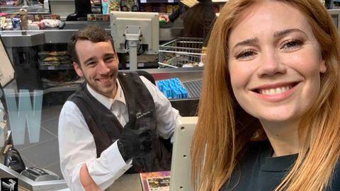 """""""Late Night Berlin"""": Palina Rojinski überrascht einen Kassierer im Supermarkt"""