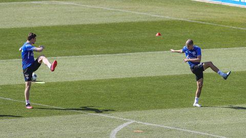 Schalkes Bastian Oczipka (l) und Schalkes Amine Harit laufen beim Training des FC Schalke über den Platz