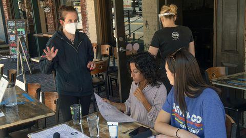 Gäste in einem Restaurant in Roswell, Georgia.