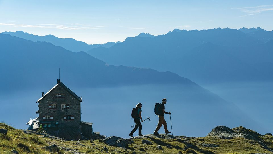 Bild 1 von 10 der Fotostrecke zum KlickenÖsterreich: Erlanger Hütte  Der Anstieg zu dieser Hütte (2550 Meter) am Nordwestende des Ötztals hat es in sich: Wer auch noch dem Hausberg Wildgrat (2971 Meter) mitnimmt, hat 2000 Höhenmeter zu bewältigen.