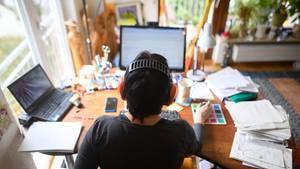 Coronavirus: Ein Mann arbeitet im Homeoffice