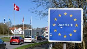 Autos fahren zum deutsch-dänischen Grenzübergang in Richtung Norden