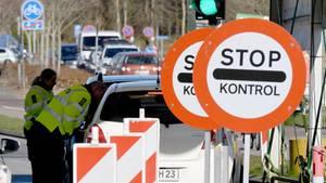 Polizisten kontrollieren am deutsch-dänischen Grenzübergang in Richtung Norden fahrende Fahrzeuge