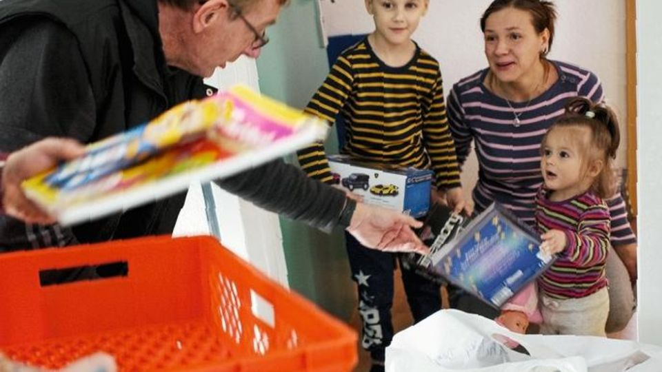 Arche-Gründer Bernd Siggelkow bringt Kindern Essen und Spielzeug